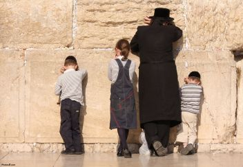 jewish_family_praying_in_jerusalem-other1