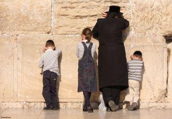 jewish_family_praying_in_jerusalem-other1